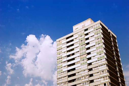 Housing Project「London inner city block of flats, blue sky and clouds」:スマホ壁紙(1)