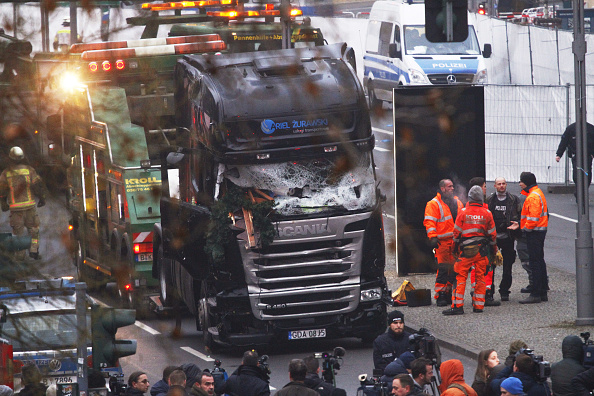 ベルリン「Lorry Truck Drives Through Christmas Market In Berlin」:写真・画像(3)[壁紙.com]