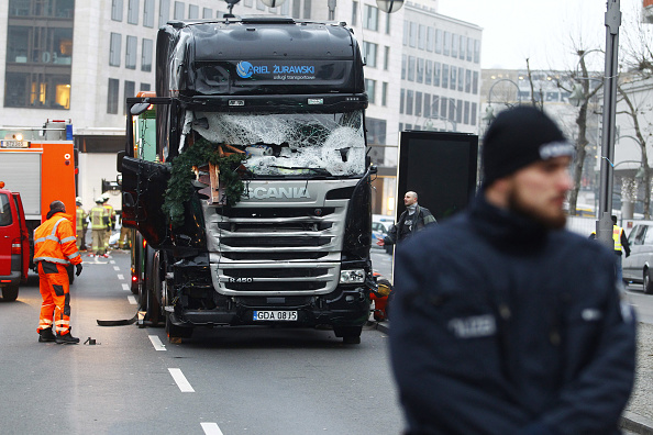 ベルリン「Lorry Truck Drives Through Christmas Market In Berlin」:写真・画像(9)[壁紙.com]