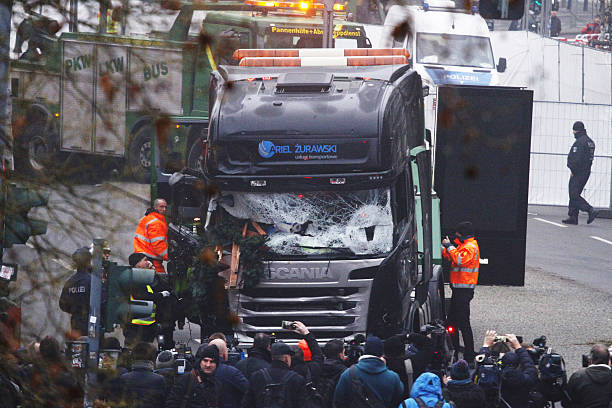 Lorry Truck Drives Through Christmas Market In Berlin:ニュース(壁紙.com)