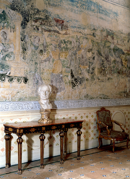 Tiled Floor「Statue placed on traditional table with traditional chair and wall art」:写真・画像(18)[壁紙.com]