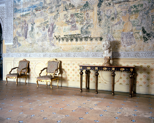 Tiled Floor「Statue placed on traditional table with traditional chair and wall art」:写真・画像(4)[壁紙.com]
