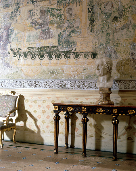 Tiled Floor「Statue placed on traditional table with traditional chair and wall art」:写真・画像(13)[壁紙.com]