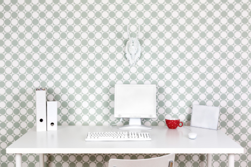水玉「Desk at home office with white accessories in front of patterned wallpaper」:スマホ壁紙(3)