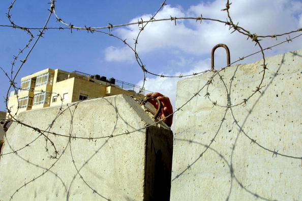 Barbed Wire「Palestinian Woman Chats With People」:写真・画像(6)[壁紙.com]
