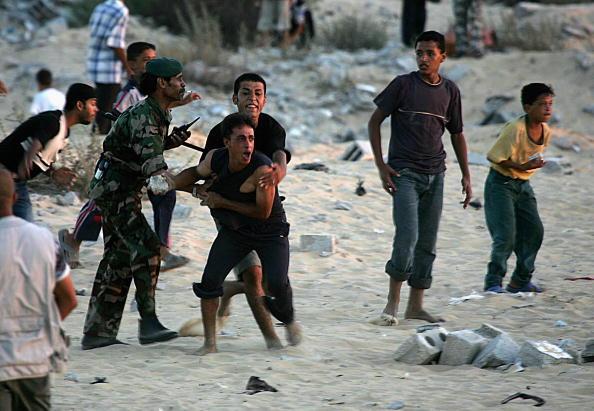 Blank「Palestinians Clash With Israeli Soldiers Near Neve Dekalim」:写真・画像(11)[壁紙.com]
