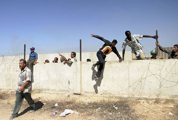 Egyptians and Palestinians Cross Into Gaza After Israeli Withdrawal:ニュース(壁紙.com)