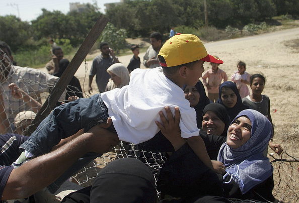 Gaza Strip「Egyptians and Palestinians Cross Into Gaza After Israeli Withdrawal」:写真・画像(12)[壁紙.com]