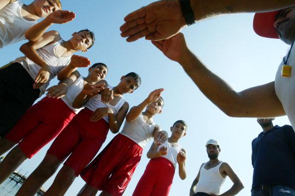 Abid Katib「Palestinian Children Learn To Swim At Gaza City Beach」:写真・画像(9)[壁紙.com]
