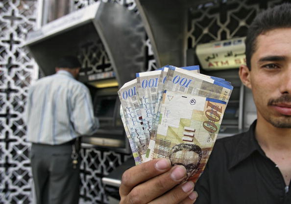 Gaza Strip「Public Workers Begin Drawing Money From Banks After Three Months of Non-payment」:写真・画像(3)[壁紙.com]