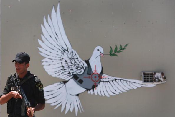 Graffiti「Sarkozy And Bruni Visit Bethlehem」:写真・画像(6)[壁紙.com]