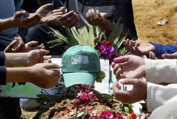Human Arm「Palestinian Militants Visit Grave Of Slain Hamas Leader」:写真・画像(12)[壁紙.com]