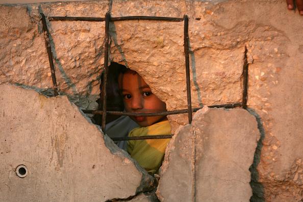 カメラ目線「Thousands Of Palestinians And Egyptians Cross The Border Between Egypt And Gaza After The Israeli Withdrawal」:写真・画像(12)[壁紙.com]
