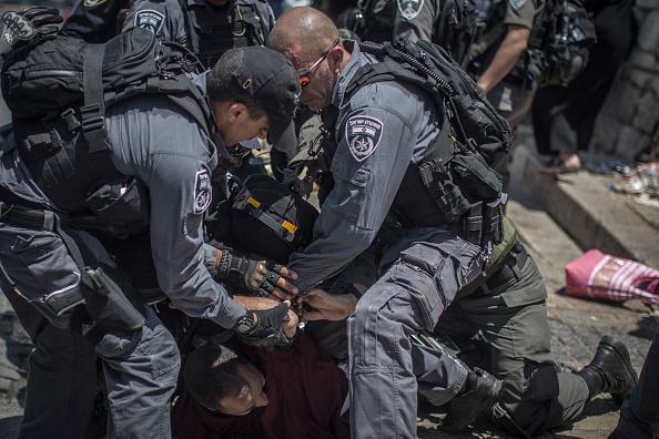 対決「Clashes Break Out During Noon Prayer Outside Al Aqsa Mosque In Jerusalem」:写真・画像(4)[壁紙.com]