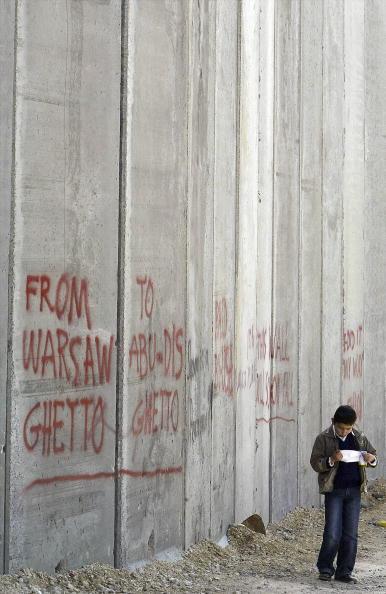 Abu Dis「Bombed Jerusalem Bus Displayed Against Separation Wall」:写真・画像(19)[壁紙.com]