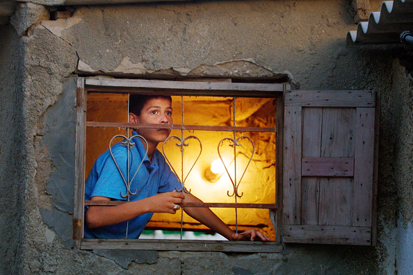 Light Bulb「Palestinian Boy Looks From A Window Of His House During Clashes Between Israeli Troops」:写真・画像(9)[壁紙.com]