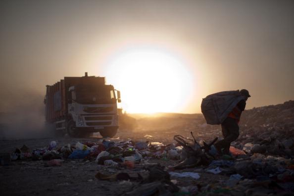 West Bank「Palestinian Children Scavenge Through Settlement Garbage」:写真・画像(15)[壁紙.com]