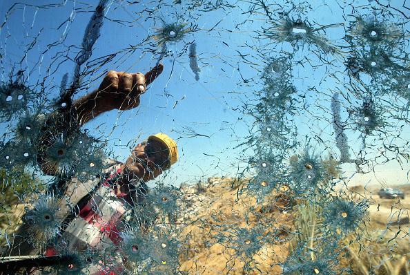 Windshield「GZA: Palestians Inspect Damage Caused By Israeli Bulldozers」:写真・画像(1)[壁紙.com]