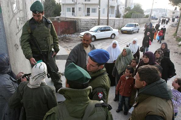 West Bank「Palestinians Walk Past Israeli Border Police」:写真・画像(9)[壁紙.com]