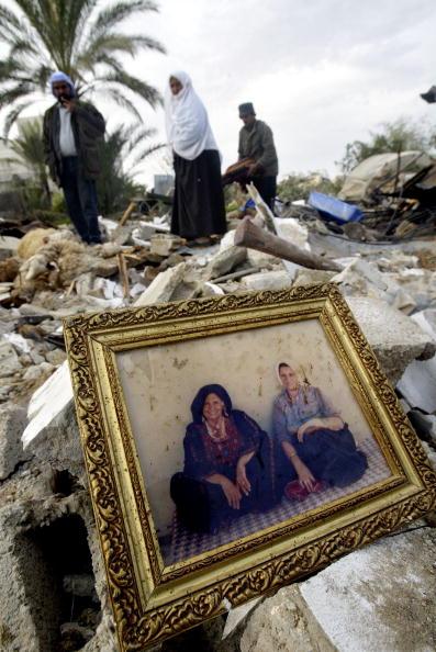Deir Al-balah「Palestinians Search Through Wreckage Of Their Homes Left By Israeli Bulldozers  」:写真・画像(5)[壁紙.com]