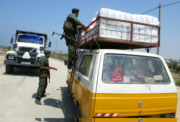 Homemade「Palestinian Soldiers Search For Illegal Weapons At Checkpoint」:写真・画像(15)[壁紙.com]