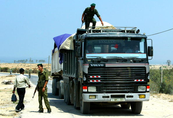 Homemade「Palestinian Soldiers Search For Illegal Weapons At Checkpoint」:写真・画像(13)[壁紙.com]