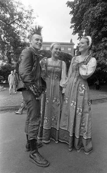 City Life「Ludmila Pletnova and Olga Gavrilova of Veronezh in St Stephen's Green 1989」:写真・画像(19)[壁紙.com]