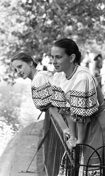 City Life「Ludmila Pletnova and Irina Urasova of Veronezh in St Stephen's Green 1989」:写真・画像(12)[壁紙.com]