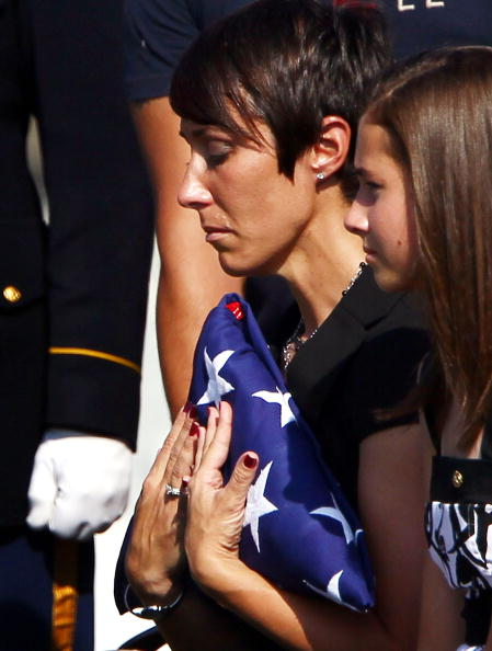 Win McNamee「Staff Sargeant Killed In Afghanistan Buried At Arlington Nat'l Cemetery」:写真・画像(12)[壁紙.com]