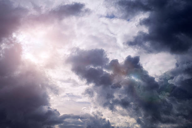 Sunlight shining through thunderclouds:スマホ壁紙(壁紙.com)