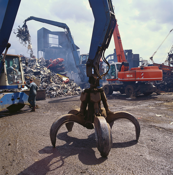 Magnet「Scrap metal works with crane grab in foreground」:写真・画像(4)[壁紙.com]