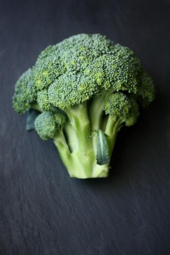 Broccoli「Fresh cut broccoli on table」:スマホ壁紙(17)