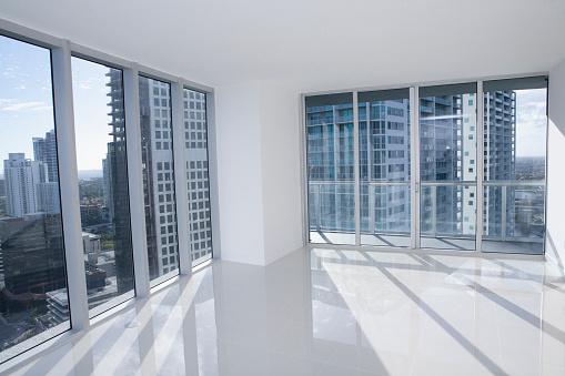 見渡す「Windows of empty modern apartment overlooking cityscape」:スマホ壁紙(7)