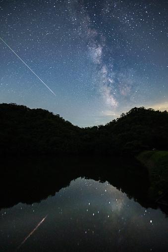 天の川「天の川を渡って光の証跡を残し空夜空流星撮影します。」:スマホ壁紙(4)