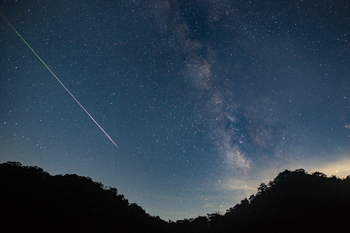Meteorite「A meteor shoots across the night sky sky leaving a trail of light across the milky way」:スマホ壁紙(2)