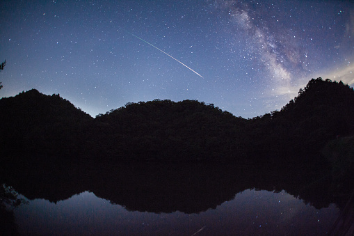 Meteorite「A meteor shoots across the night sky sky leaving a trail of light across the milky way」:スマホ壁紙(19)