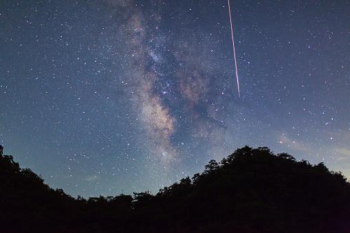 山へ向かって落ちていく流れ星