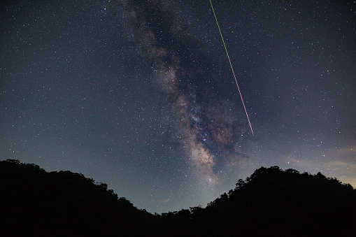 Meteorite「A meteor shoots across the night sky sky leaving a trail of light across the milky way」:スマホ壁紙(18)