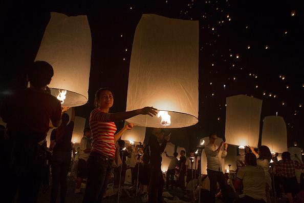 Taylor Weidman「Buddhists Gather For The Floating Lanterns Ceremony」:写真・画像(2)[壁紙.com]