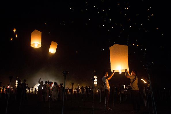Taylor Weidman「Buddhists Gather For The Floating Lanterns Ceremony」:写真・画像(3)[壁紙.com]