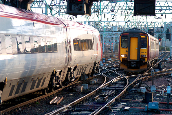Approaching「A departing Pendolino on a WCML service to Euston passes a Class 156 DMU trainset arriving from Barrhead on the approach to Glasgow Central. November 2004.」:写真・画像(10)[壁紙.com]