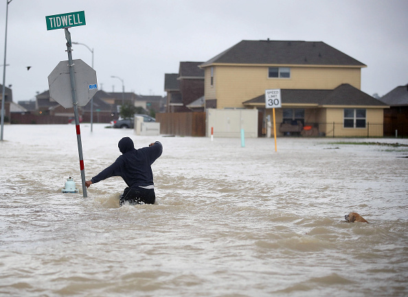1人「Epic Flooding Inundates Houston After Hurricane Harvey」:写真・画像(6)[壁紙.com]