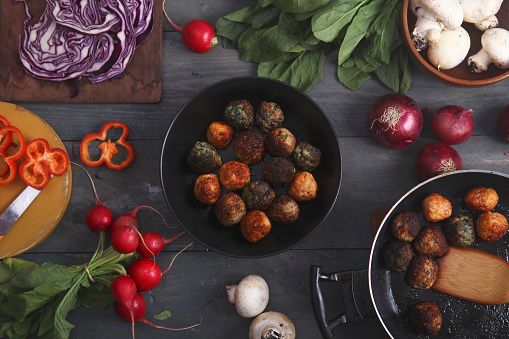 Spanish Onion「Meatballs in a pan and various vegetables on wood」:スマホ壁紙(8)
