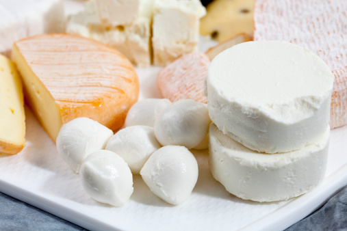 Mozzarella「Mozzarella, goat cheese, feta and limburger cheese on chopping board, close up」:スマホ壁紙(12)
