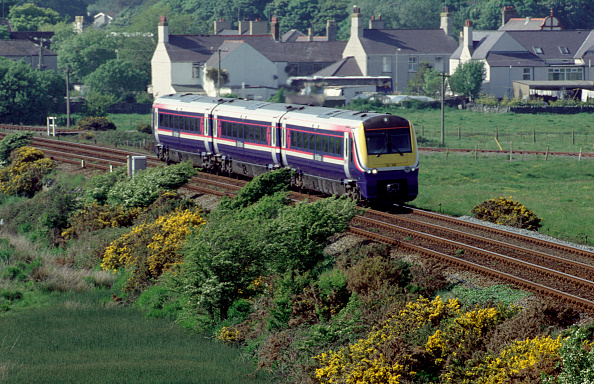 Embankment「The Coradia Class 175 units are common on the North Wales Coast such as this scene at Valley where a Crewe - Holyhead service wends its way westwards.」:写真・画像(4)[壁紙.com]