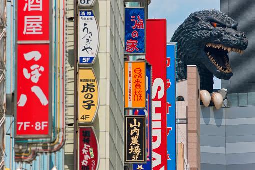 Shinjuku Ward「Giant Godzilla Statue Atop Toho Cinema in the Shinjuku Kabukicho District of Tokyo, Japan」:スマホ壁紙(15)
