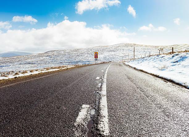 British country road in winter snow:スマホ壁紙(壁紙.com)