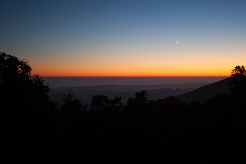 Big Sur「Sunset sky over silhouette of remote mountains」:スマホ壁紙(15)
