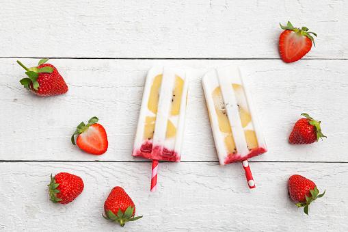 Kiwi「Homemade strawberry coconut ice lollies with kiwi fruit slices」:スマホ壁紙(14)