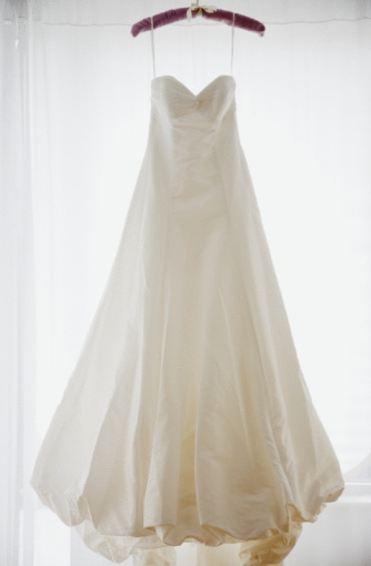 結婚「Wedding dress on hanger, studio shot」:スマホ壁紙(8)